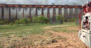 Pożar drewnianego mostu w Teksasie