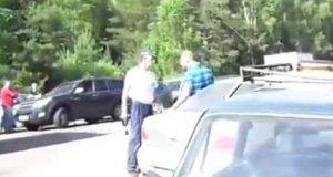 Rosyjski policjant obezwładnia samochód