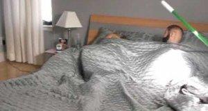 Nieznajomy w łóżku