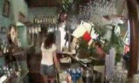 Ukryta kamera - gorąca barmanka