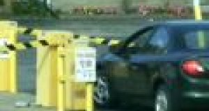 Kobieta vs bramka parkingowa