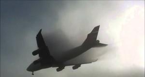 Ogromny samolot pojawia się znikąd