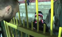 Piłkarz Polonii Warszawa pomaga płaczącej dziewczynce
