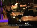 Policjanci zatrzymują podpitą kobietę, która na początku próbowała uciekać