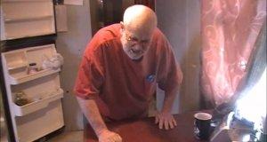 Dziadek szuka swoich cukierków