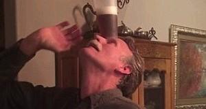 60-latek wypija piwo postawione na jego czole bez użycia rąk