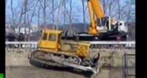 Wypadek przy wciąganiu buldożera przez dźwig