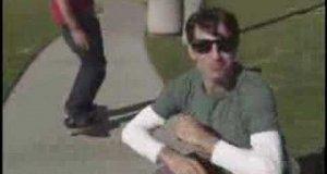 Koleś łapiący okulary