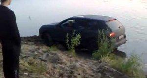 Rosjanie wyciągają Porsche z wody