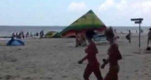 Nadmuchiwana zjeżdżalnia plażowa wybiera się na spacer