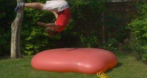 Gigantyczny balon z wodą w spowolniony tempie