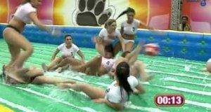 Brazylijskie laski w mokrej piłce nożnej