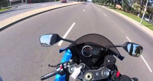 Policjant zatrzymujący motocyklistę