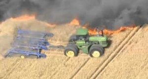 Farmer ratuje zbiory za pomocą traktora