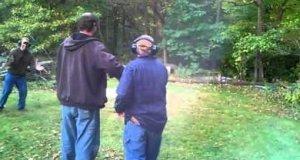 Pierwszy raz w życiu strzela z pistoletu. Trafia