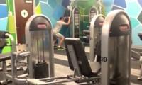 Samotny facet przychodzi do siłowni