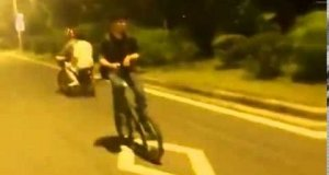 Jazda na rowerze tyłem i pisanie smsa