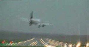 Orkan Emma bawi się Boeingiem