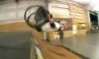 Wózek inwalidzki na rampie