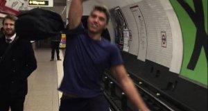 Epicki pojedynek ping pongowy w londyńskim metrze