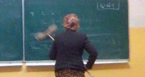Ścieranie tablicy w polskiej szkole