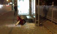 Rosyjska dziewczyna przegrywa z przystankiem