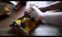 Otwieranie paczki czipsów w stylu koreańskim