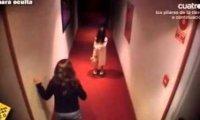 Dziewczynka w hotelowym korytarzu