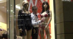 Samotnik spędza Walentynki w galerii handlowej