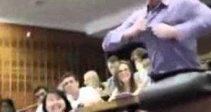 Studencki superman na wykładzie