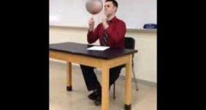 Nauczyciel z wprawą w rękach