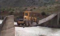 Jak przejechać traktorem po słabym, drewnianym moście