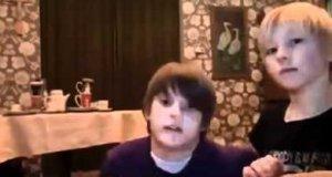 Dziecięca sztuczka z obrusem