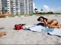 Prosty sposób na obejrzenie piersi opalającej się topless dziewczyny