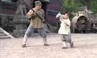 Jackie Chan uczy się technik Shaolin od kilkuletniego mnicha