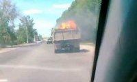 Płonąca ciężarówka na drodze