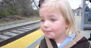 Dziecko widzi po raz pierwszy pociąg