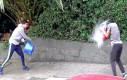 Uliczna walka na baloniki z wodą