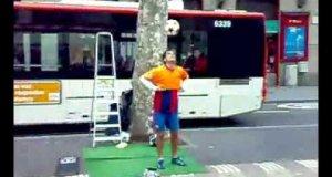 Popisy z piłką  na ulicy