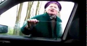 Wściekły moher atakuje kierowcę