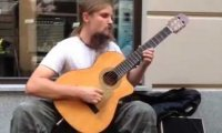 Polak świetnie grający na gitarze