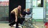 Niepełnosprawny mężczyzna na korcie