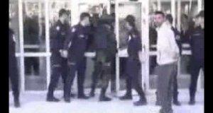 Policjant otwiera drzwi