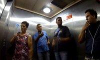 Kichanie w windzie na pasażerów