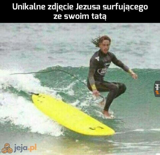 Unikalne zdjęcie Jezusa surfującego ze swoim tatą