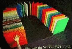 Przewracanie domino zrobionych z domino
