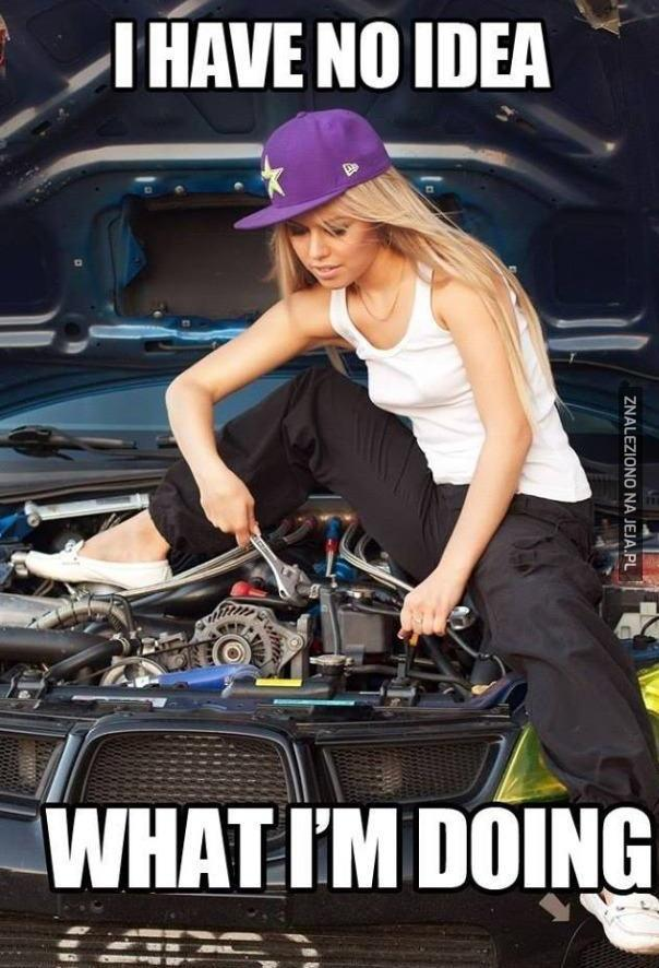 Kto w takiej pozie naprawia samochód?!