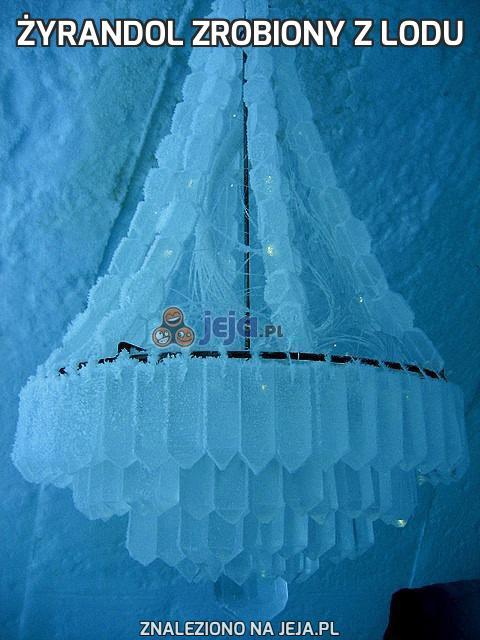 Żyrandol zrobiony z lodu
