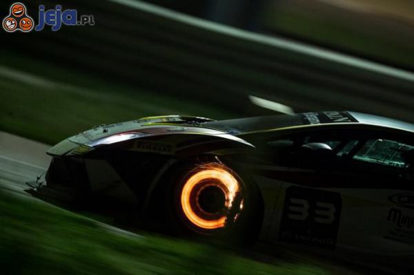 Lamborghini hamujące przy dużej prędkości