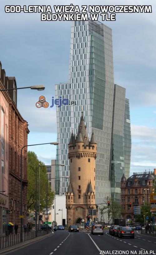600-letnia wieża z nowoczesnym budynkiem w tle